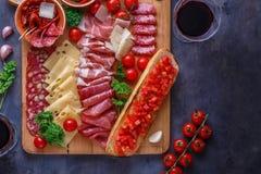 Deska mięso, ser i chleb z winem leczący, copyspace obraz stock