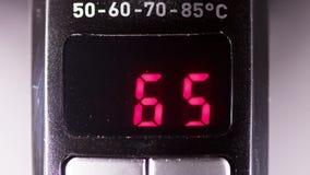 Deska pokazuje temperaturę wody w początku czyraka elektryczny czajnik zbiory