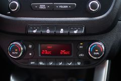 deska rozdzielcza nowoczesnych samochod?w Parawanowy multimedialny system Klimat kontrola obrazy stock