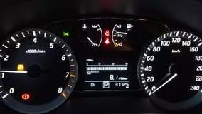 Deska rozdzielcza samochód na czarnym tle Parowozowy próżnować, alarmuje aktywowanego Drzwi jest otwarty i pas bezpieczeństwa mru zbiory wideo