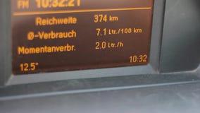 Deska rozdzielcza z paliwowym spożyciem samochodowa ` s deska rozdzielcza wskazuje paliwowego spożycie zdjęcie wideo