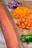 deska siekający świezi łososiowi warzywa Zdjęcie Stock