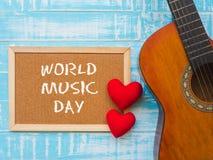 Deska z ŚWIATOWYM MUZYCZNYM dnia tekstem i gitara, czerwony serce na błękitnym zdjęcie stock