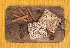 Deska z ciastkiem anyżowi cynamonu gwiazdy kije Obraz Royalty Free