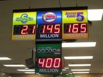 Deska z wysokimi dźwigarka garnkami Loteria znak z 450 Milion władzy piłką i 145 Milion Mega Milion dźwigarka garnkami w NJ 2016, Zdjęcie Royalty Free