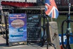 Deski reklamuje połów wycieczki przy nadmorski miasteczkiem Whitby Yorkshire zdjęcie stock