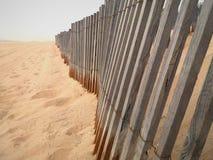 Deski zakopywać w piasku na plaży na bardzo chmurnym dniu obrazy royalty free