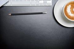 Deskoffice garnissent en cuir la table de bureau avec le stylo et le crayon Vue supérieure Image stock