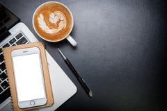 Deskoffice garnissent en cuir la table de bureau avec le stylo et le crayon Vue supérieure Image libre de droits