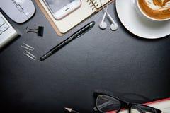 Deskoffice garnissent en cuir la table de bureau avec le stylo et le crayon Vue supérieure Photo libre de droits