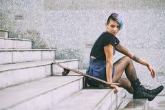 Deskorolkarz odpoczywa na schodkach zdjęcie stock