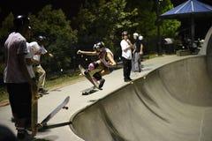 Deskorolkarz robi sztuczce przy skatepark Zdjęcie Stock
