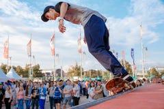 Deskorolkarz robi wyczynowi kaskaderskiemu przy Moskwa miasta gier Red Bull konkursem Obraz Stock