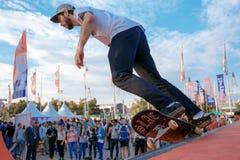 Deskorolkarz robi wyczynowi kaskaderskiemu przy Moskwa miasta gier Red Bull konkursem Fotografia Royalty Free