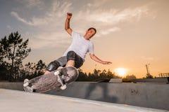 Deskorolkarz w betonowym basenie Fotografia Stock