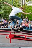 Deskorolkarz wykonuje przy otwarciem skatepark Obraz Stock