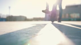 Deskorolkarzy początki jadą na deskorolka od rampy w słonecznym dniu zbiory