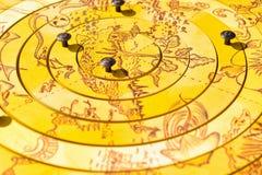 Deskowa drewniana gra dla pirata poszukiwania, łamigłówka od kolorów żółtych okregów z wzorem denni potwory i wyspy, zdjęcia stock