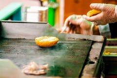 deskowej babeczki kulinarny tnący świeży hamburgeru mięso minced drewnianego surowego warzywa Zdjęcie Royalty Free