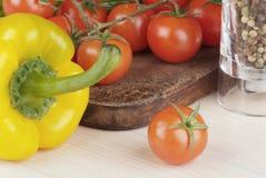 deskowi czereśniowi tnący pomidory obrazy royalty free