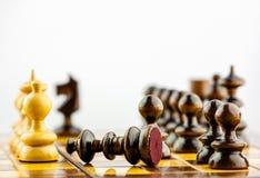 deskowi kawałki szachowi postrzelili pionowe zdjęcia stock