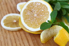 deskowy ciapanie Żółta cytryna z świeżym sprig mennica Obrazy Stock