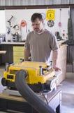 deskowy maszynowy mężczyzna strugarki heblowanie Obrazy Royalty Free