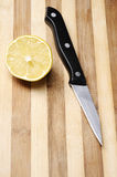 deskowy przyrodni kuchennego noża cytryny drewno Zdjęcie Stock