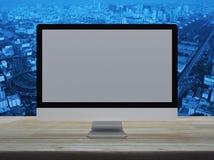 Desktop σύγχρονο όργανο ελέγχου υπολογιστών με την γκρίζα ευρεία οθόνη σε ξύλινο στοκ εικόνα με δικαίωμα ελεύθερης χρήσης
