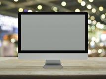 Desktop σύγχρονο όργανο ελέγχου υπολογιστών με την γκρίζα ευρεία οθόνη σε ξύλινο στοκ εικόνες