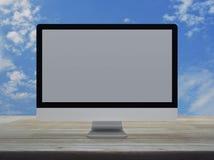 Desktop σύγχρονο όργανο ελέγχου υπολογιστών με την γκρίζα ευρεία οθόνη σε ξύλινο στοκ φωτογραφία με δικαίωμα ελεύθερης χρήσης