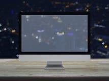 Desktop σύγχρονο όργανο ελέγχου υπολογιστών με την ευρεία οθόνη στον ξύλινο πίνακα στοκ εικόνες