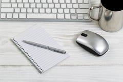 Desktop branco com objetos diários do trabalho Foto de Stock Royalty Free