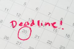 Desktop calendar with red circle on important date with handwriting deadline, goal or target date of work project plan, meeting or. Day of delivery royalty free stock photos