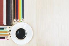 Desktop com café e fontes fotografia de stock