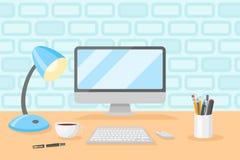 Desktop com computador pessoal, candeeiro de mesa, xícara de café, lápis e penas Fotografia de Stock Royalty Free