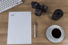 Desktop com a folha vazia e o café da câmera Foto de Stock Royalty Free