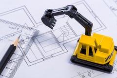 Desktop com máquina escavadora, régua e lápis do amarelo do modelo a mini fotografia de stock royalty free