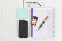 Desktop com objetos básicos do escritório para negócios Fotografia de Stock