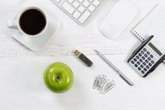 Desktop com objetos do negócio e alimentos de petisco Fotos de Stock