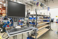 Desktop computer nell'industria manufatturiera immagine stock