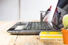 Desktop con il livello ed attrezzatura per l'architetto sulla tavola di legno in posto di lavoro beside Fotografia Stock