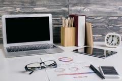 Desktop creativo dell'ufficio fotografie stock libere da diritti