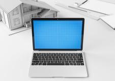 Desktop criativo do desenhista e do arquiteto com portátil, modelo de construção e artigos dos artigos de papelaria Zombaria acim Imagens de Stock Royalty Free