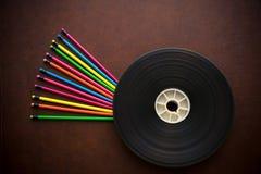 Desktop de madeira com o carretel de filme colorido do lápis e do filme fotografia de stock royalty free