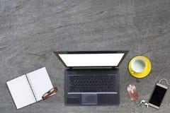 Desktop de trabalho com portátil Imagens de Stock Royalty Free