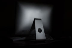 Desktop del computer in un fondo scuro Fotografie Stock Libere da Diritti