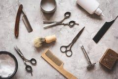 Desktop del lavoro di parrucchiere degli uomini con la vista superiore degli strumenti fotografie stock libere da diritti