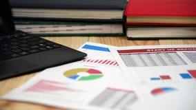 Desktop dell'ufficio con gli oggetti di affari stock footage