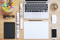 Desktop dell'ufficio con i dispositivi vuoti Immagine Stock Libera da Diritti